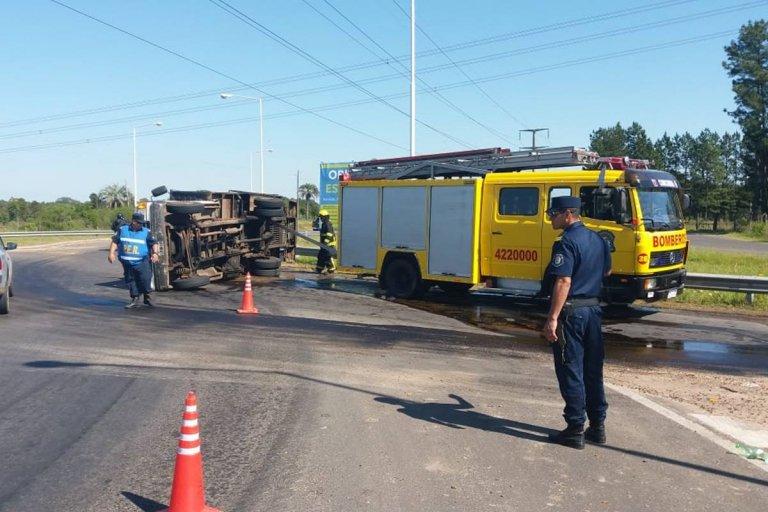 Un camión de Bomberos Voluntarios volcó en uno de los accesos a Concordia