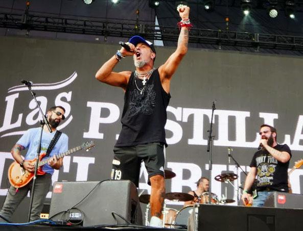 El Mono Fabio, cantante de Kapanga, en el Cosquín Rock 2018, en Guadalajara, México. Foto: Martín Bonetto